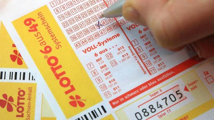 Spielscheine der Lotto Toto werden ausgefüllt. Foto: Jens Wolf/Archivbild