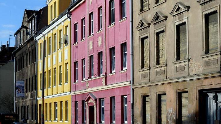Gelb und Rot gestrichen sind Häuser neben einem verfallenen Haus. Foto: Ralf Hirschberger/Archivbild