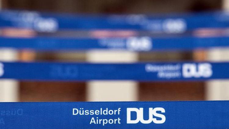 Düsseldorf Airport DUS steht auf Absperrbändern vor einem Check In-Schalter. Foto:Federico Gambarini/Archivbild