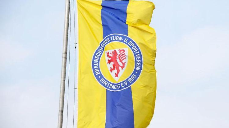 Eine Fahne mit dem Logo von Eintracht Braunschweig. Foto: Sebastian Kahnert/Archivbild