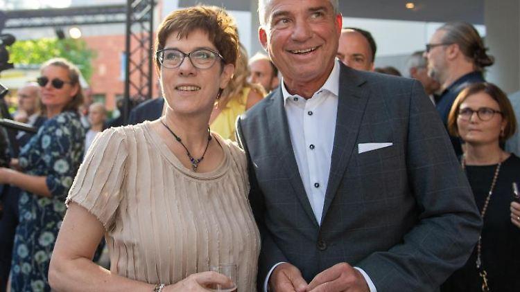 Thomas Strobl und Annegret Kramp-Karrenbauer in der baden-württembergischen Landesvertretung. Foto: Monika Skolimowska/Archivbild