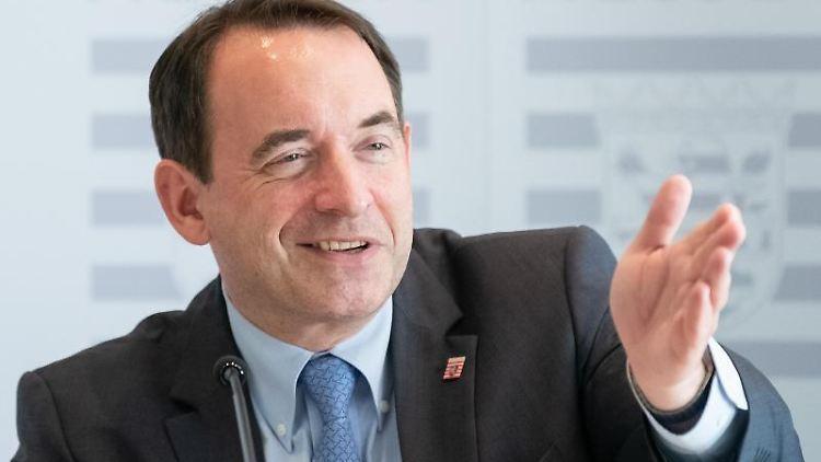 Alexander Lorz (CDU) spricht während einer Pressekonferenz im Rahmen der Kultusministerkonferenz (KMK). Foto: Silas Stein/Archivbild
