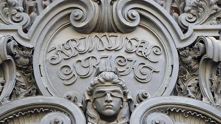 Ein Konterfei der Justitia am Eingang des Landgerichts in der Turmstraße. Foto: Britta Pedersen/Archivbild