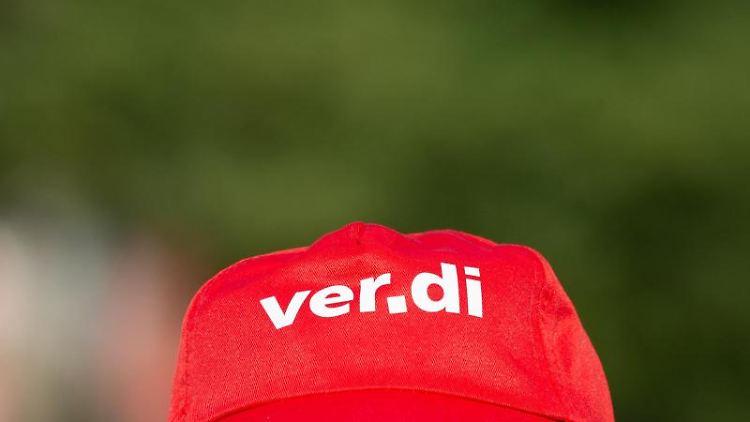 Eine Mütze mit dem Verdi-Logo. Foto: Christophe Gateau/Archivbild