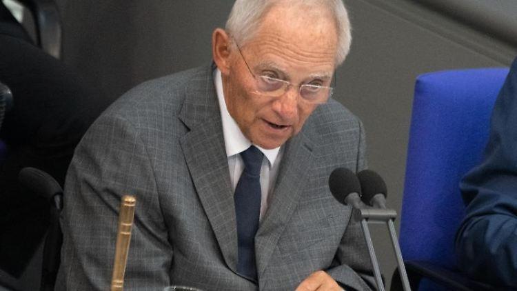 Wolfgang Schäuble (CDU), Bundestagspräsident, spricht zum Beginn der 106. Sitzung des Bundestages. Foto: Ralf Hirschberger/Archivbild