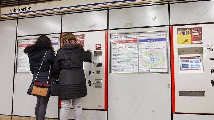 Zwei Frauen kaufen in einer U-Bahnstation am Hauptbahnhof Hamburg Tickets an einem Fahrkartenautomat. Foto: Georg Wendt/Archivbild