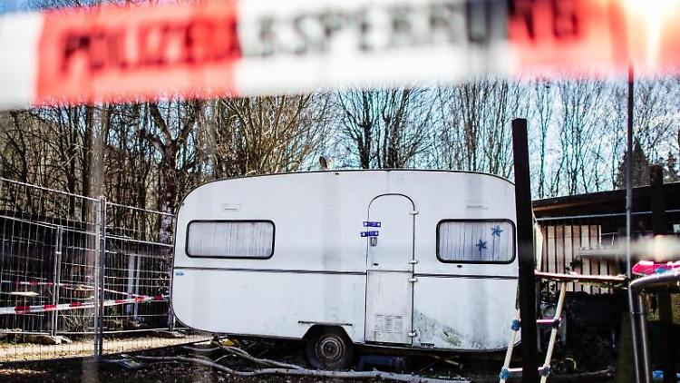Auf dem Campingplatz Eichwald steht ein von der Polizei versiegelter Campingwagen. Foto: Guido Kirchner/Archivbild