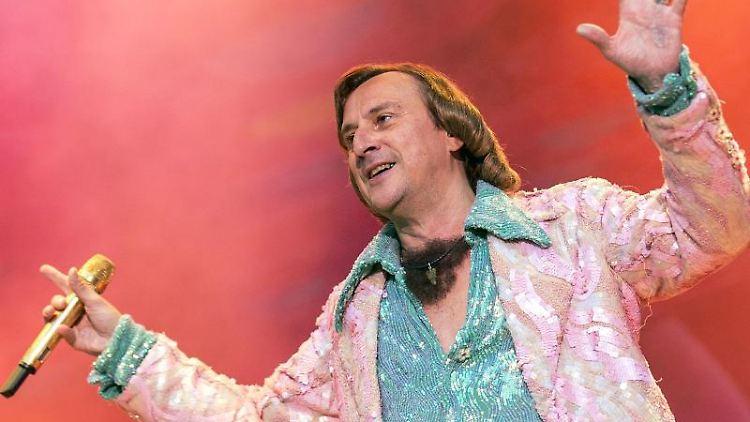 Schlagersänger Dieter Thomas Kuhn singt bei seinem Auftritt in der Waldbühne vor 15 000 Fans. Foto: Paul Zinken/Archivbild