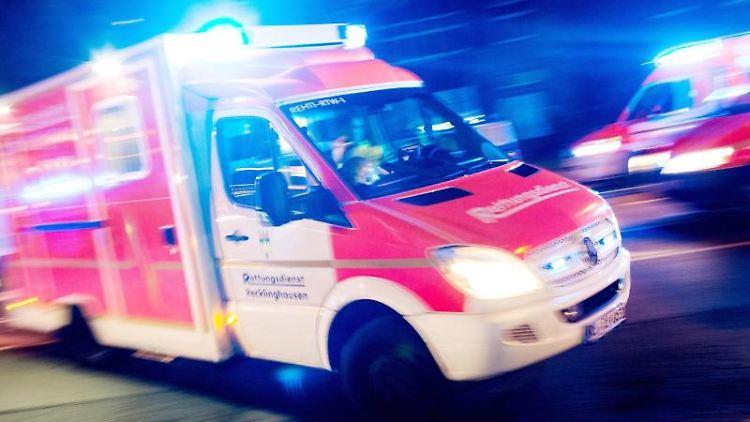 Ein Rettungswagen der Feuerwehr fährt mit Blaulicht durch eine Straße. Foto: Marcel Kusch/Archivbild
