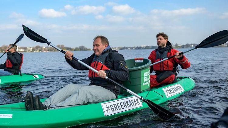 Jens Kerstan (Bündnis 90/Die Grünen, l) und Tobias Weber-Andersen, Gründer der Umweltinitiative