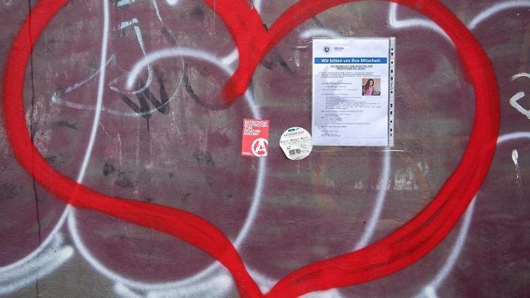 Ein Plakat der Polizei mit der Bitte um Mitarbeit hängt in Hamburg am Hansaplatz. Foto: Daniel Bockwoldt/Archivbild