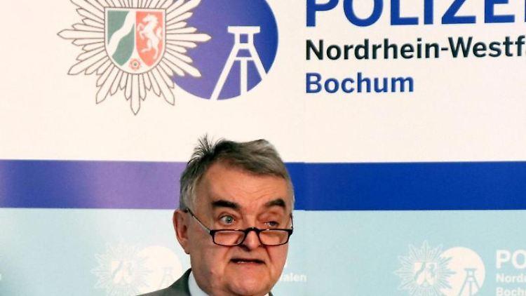 Herbert Reul, Innenminister von Nordrhein-Westfalen, äußert sich bei einem Pressestatement. Foto:Rene Werner