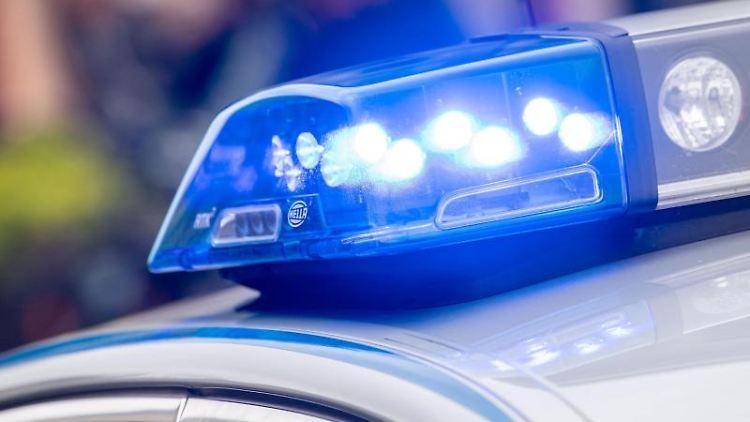 Das Blaulicht einer Polizeistreife ist am Rande einer Demonstration eingeschaltet. Foto: Lino Mirgeler/Archivbild