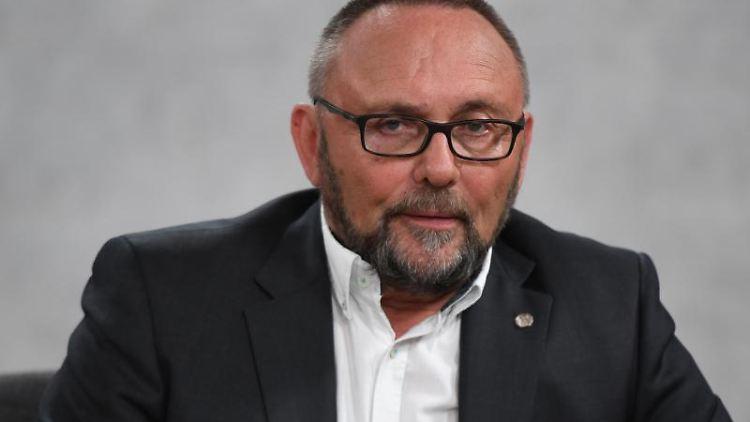 Der Spitzenkandidat der AfD, Frank Magnitz, sitzt in einem TV-Studio. Foto:Daniel Reinhardt/Archivbild