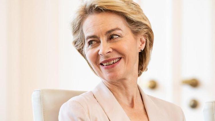 Ursula von der Leyen, scheidende Verteidigungsministerin und neugewählte EU-Kommissionspräsidentin, lacht. Foto: Michael Kappeler/Archiv