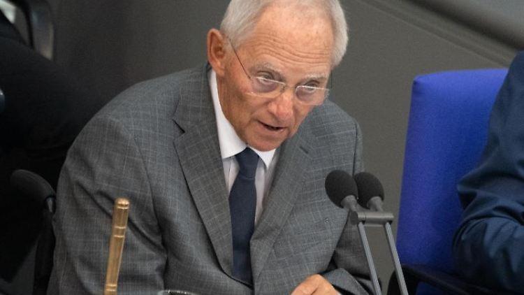 Wolfgang Schäuble (CDU), Bundestagspräsident, spricht im Deutschen Bundestag. Foto: Ralf Hirschberger/Archivbild