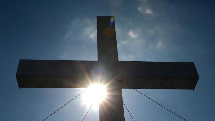 Sonne und Kreuz. Foto: Marcus Brandt/Archivbild