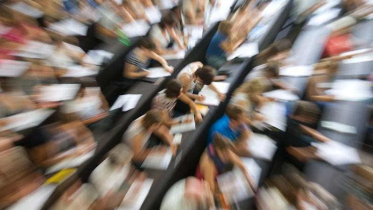 Studenten sitzen in einem Hörsaal einer Universität. Foto:Uwe Anspach/Archiv