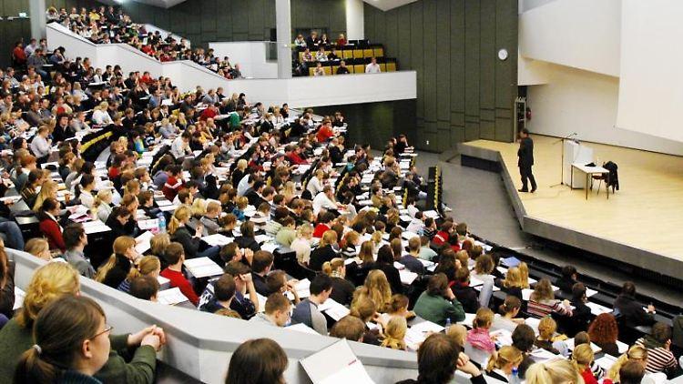 Studenten verfolgen eine Vorlesung in einem Hörsaal der Kieler Christian-Albrechts-Universität. Foto: Horst Pfeiffer/Archivbild
