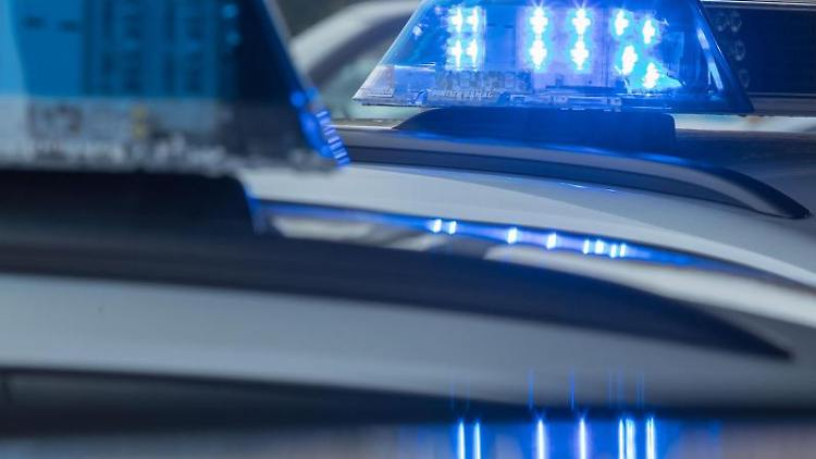 Ein leuchtendes Blaulicht ist auf dem Dach eines Funkstreifenwagens zu sehen. Foto: Jens Büttner/Archiv