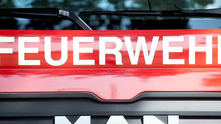 Ein Fahrzeug der Feuerwehr steht am Straßenrand. Foto: Hauke-Christian Dittrich/Archiv