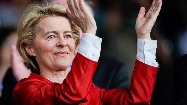 Ursula von der Leyen steht auf der Ehrentribüne des Reitstadions und applaudiert. Foto: Uwe Anspach