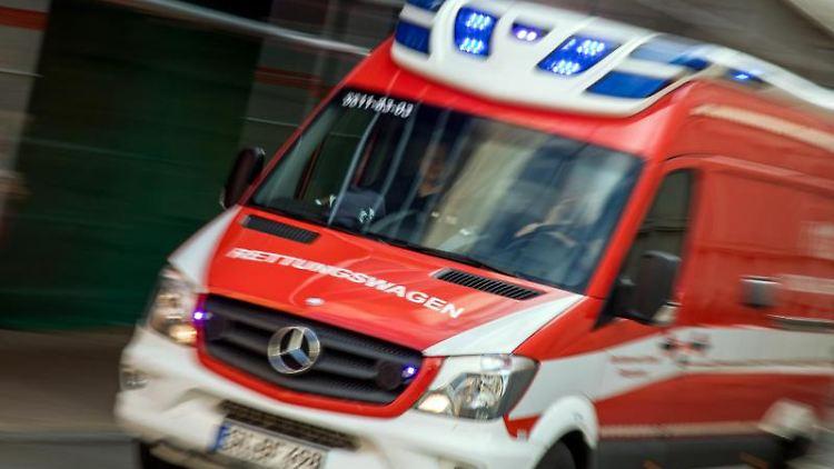 Ein Rettungswagen fährt mit Blaulicht durch die Stadt. Foto: Jens Büttner/Archivbild