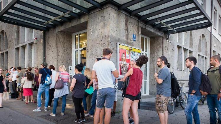 Eine Warteschlange hat sich vor dem Bürgeramt am Münchner Ostbahnhof gebildet. Foto: Peter Kneffel/Archivbild