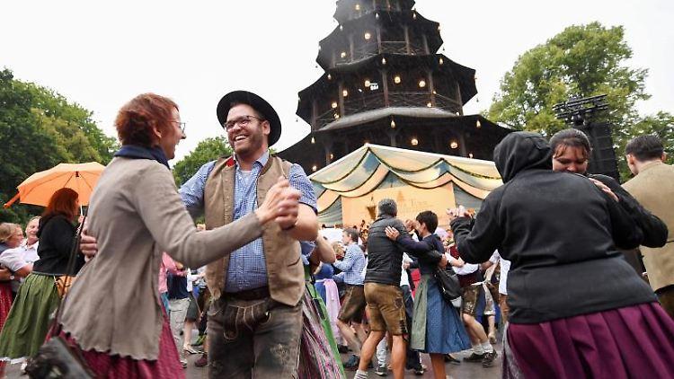 Besucher tanzen beim Kocherlball am Chinesischen Turm im Englischen Garten. Foto: Tobias Hase