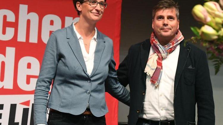 Wenke Brüdgam (l.) und Torsten Koplin bei einem Landesparteitag der Partei Die Linke. Foto: Stefan Sauer/Archivbild
