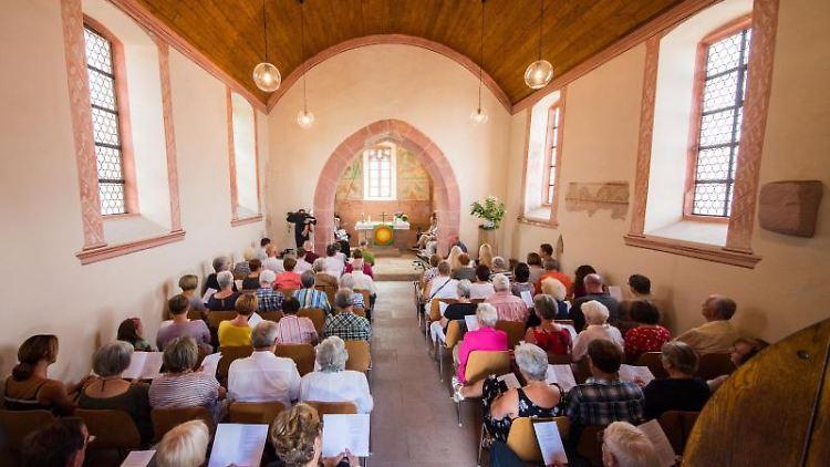 Die Kirchengemeinde sitzt beim Gottesdienst in der Kapelle. Foto: Andreas Arnold