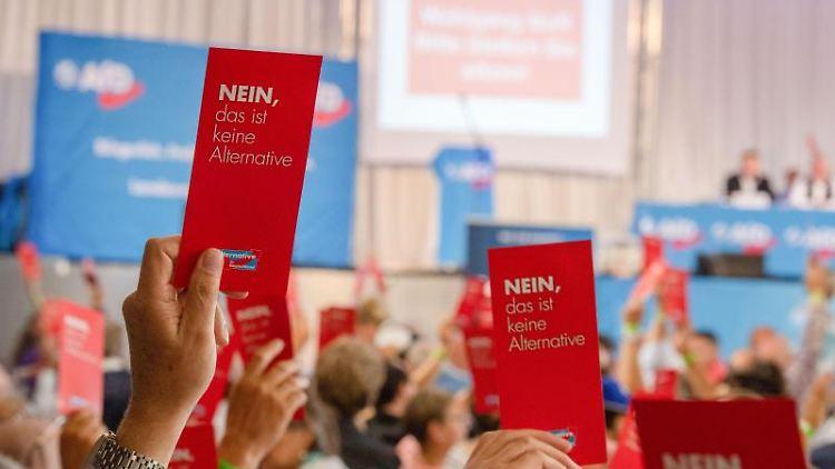Parteimitglieder stimmen während des Sonder-Landesparteitags der AfD Bayern mit Stimmzetteln ab. Foto: Lino Mirgeler