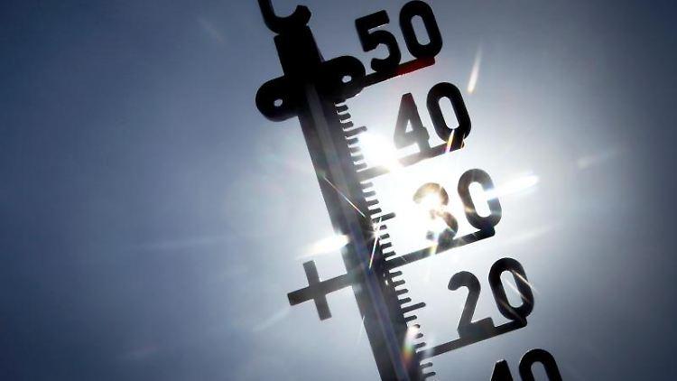 Ein der direkten Sonne ausgesetztes Termometer zeigt knapp 40 Grad an. Foto: Fredrik von Erichsen/Archivbild