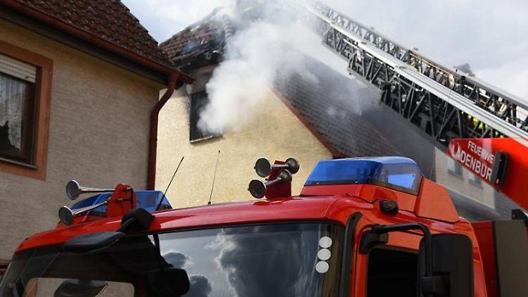 Die Feuerwehr löscht einen Wohnungsbrand im zweiten Obergeschoss eines Hauses. Foto: Priebe/pr-video