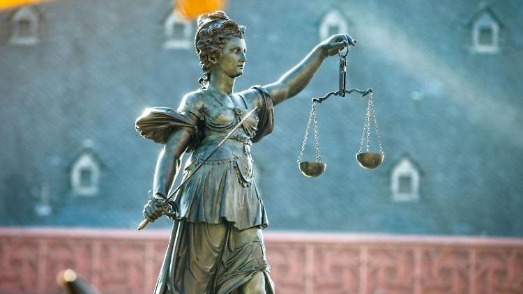 Eine Justitia-Figur auf einem Gerechtigkeitsbrunnnen. Foto: Frank Rumpenhorst/Archivbild
