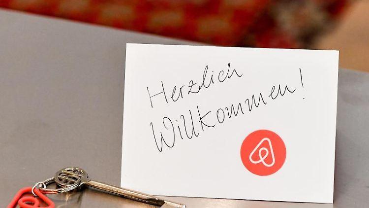 Ein Schlüssel mit einem Airbnb-Anhäger und eine Herzlich-Willkommen-Karte liegen für den Gast bereit. Foto:Jens Kalaene/Archiv