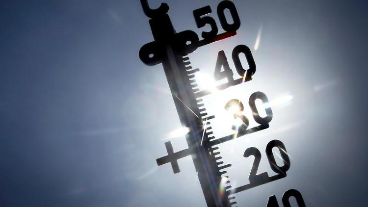 Ein der direkten Sonne ausgesetztes Termometer zeigt knapp 40 Grad an. Foto: Fredrik von Erichsen