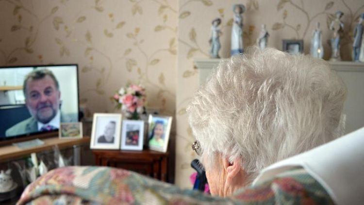 Die 93-Jährige Irene sitzt in ihrem Wohnzimmer vor dem Fernseher. Foto:Christoph Meyer