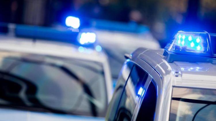 Polizeifahrzeuge mit eingeschaltetem Blaulicht. Foto: Rolf Vennenbernd/Archiv