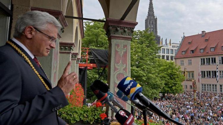 Oberbürgermeister Gunter Czisch (CDU) spricht vor zahlreichen Zuhörern. Foto: Stefan Puchner/Archiv