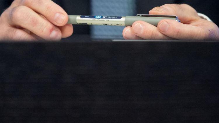Günther Benz, Präsident des Landesrechnungshofes Baden-Württemberg, hält einen Stift in den Händen. Foto: Marijan Murat