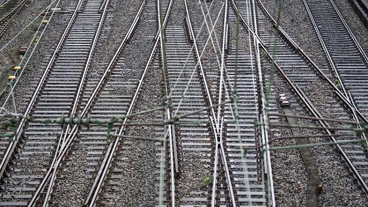 Leere Gleise in der Nähe eines Bahnhofs. Foto:Federico Gambarini/Archivbild