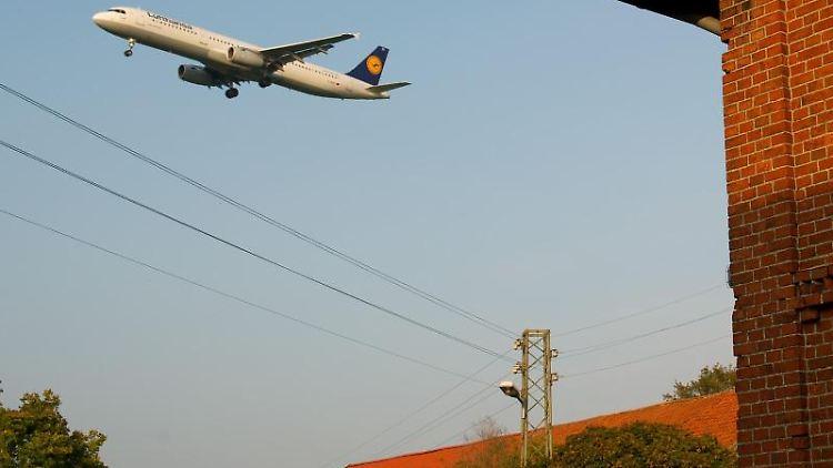 Ein Großraum-Flugzeug ist im Landeanflug auf den Flughafen Hannover (Niedersachsen). Foto:Christoph Schmidt/Archivbild