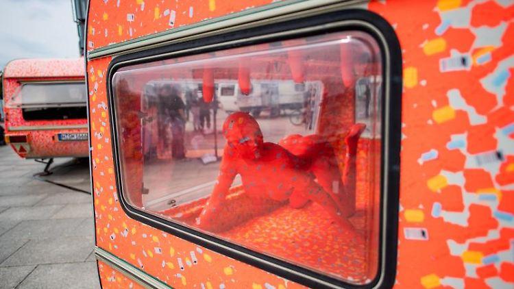 Eine Schaufensterpuppe liegt in einem Lovemobil.Foto: Jörg Carstensen