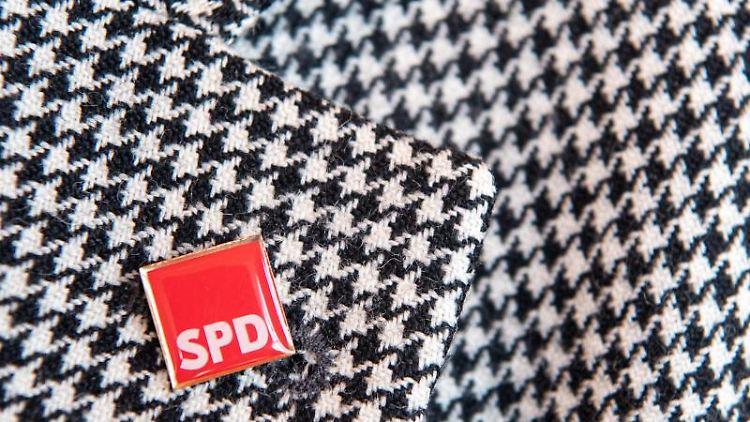Das Logo der SPD an einem Revers. Foto: Sebastian Gollnow/Archivbild