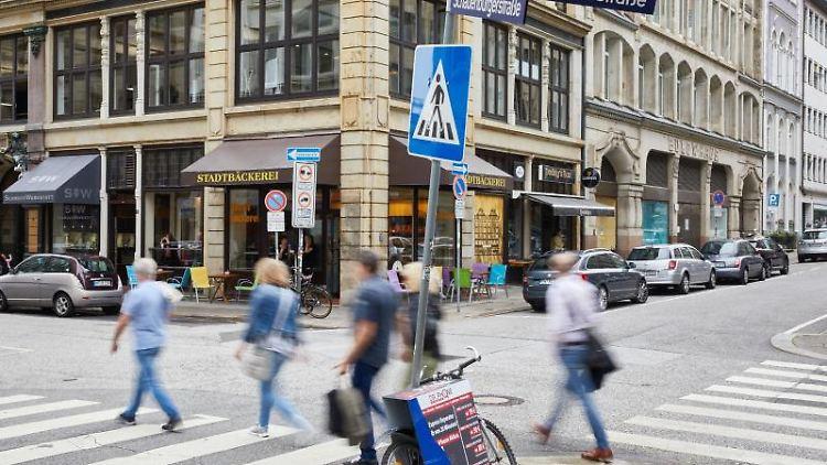 Menschen gehen an der Kreuzung Kleine Johannisstrasse/Schauenburgerstraße über die Zebrastreifen.Foto:Georg Wendt