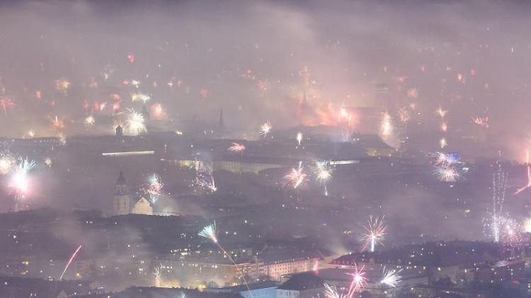Feuerwerksraketen explodieren in der Silvesternacht vom 31.12.2018 auf den 01.01.2019 über der Innenstadt. Foto:Matthias Balk/Archivbild