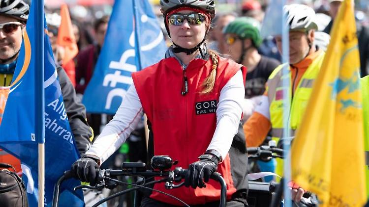 Zahlreiche Teilnehmer nehmen an der Radsternfahrt durch die Innenstadt teil. Foto:Sven Hoppe/Archivbild