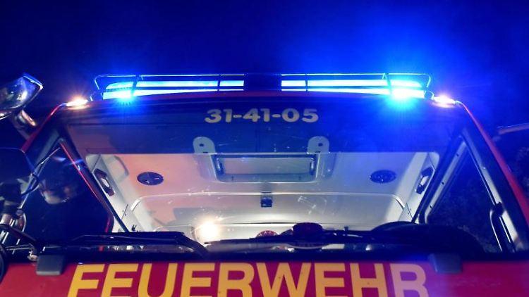 Feuerwehr-Löschfahrzeug mit Blaulicht. Foto: Carsten Rehder/Archiv