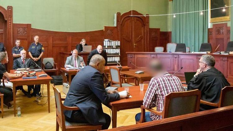 Ein wegen Mordes angeklagter Marokkaner (2.v.r.) sitzt zu Prozessbeginn den Sitzungssaal im Landgericht Bayreuth.Foto:Daniel Karmann